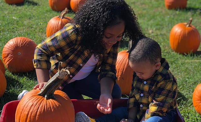 family-pumpkin-picking-2